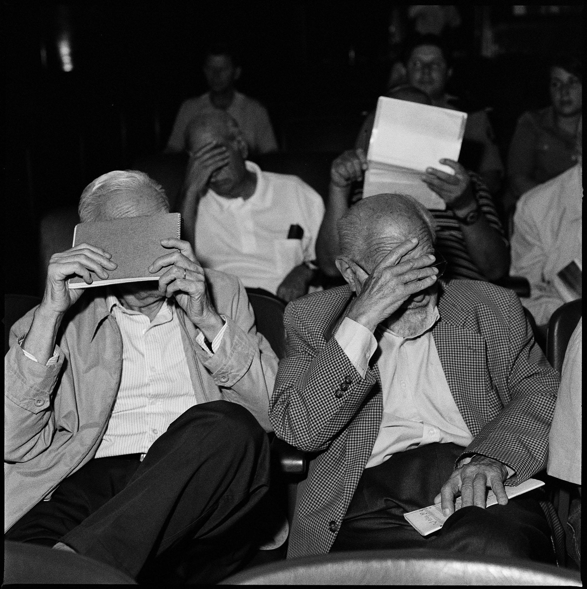 Ex militares ocultan sus rostros al fotógrafo durante una sesión del juicio en el que son acusados por el Estado argentino por crímenes de lesa humanidad durante la última dictadura cívico-militar,  1976-1983.  Fotografía tomada en Bahía Blanca en febrero de 2012.