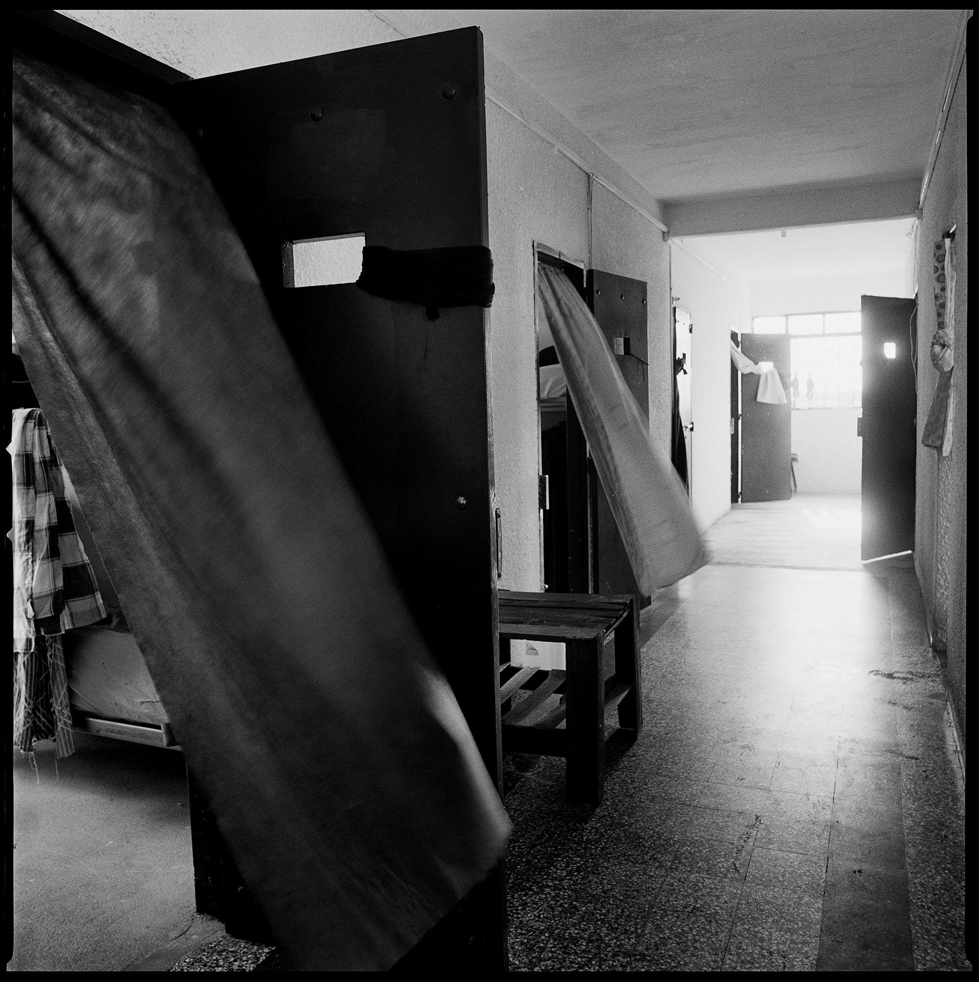 Área de celdas en la cárcel de Punta de Rieles en Montevideo, Uruguay.  Esta cárcel fue establecida para alojar presas políticas mujeres durante la dictadura cívico-militar a comienzos de los años setenta. Una vez recuperada la democracia la cárcel fue clausurada y luego reabierta para alojar presos comunes.  Fotografía tomada en febrero de 2012.
