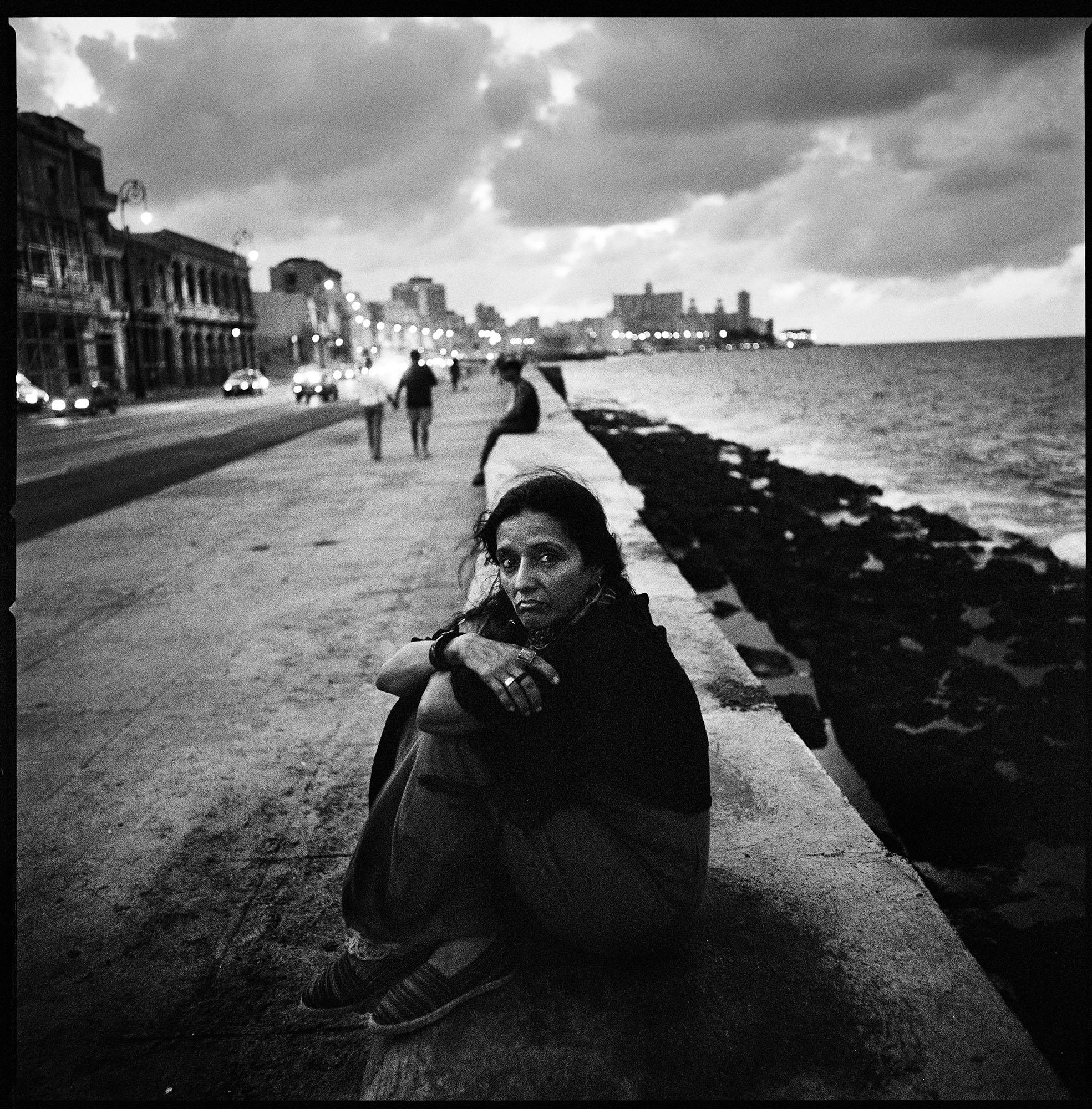 María Santucho, hija del militante argentino Oscar Santucho, desaparecido en 1976, es retratada en el Malecón de La Habana, Cuba. María fue arrestada y forzada al exilio en 1976. Desde entonces, vive en La Habana.  Fotografía tomada en diciembre de 2006.
