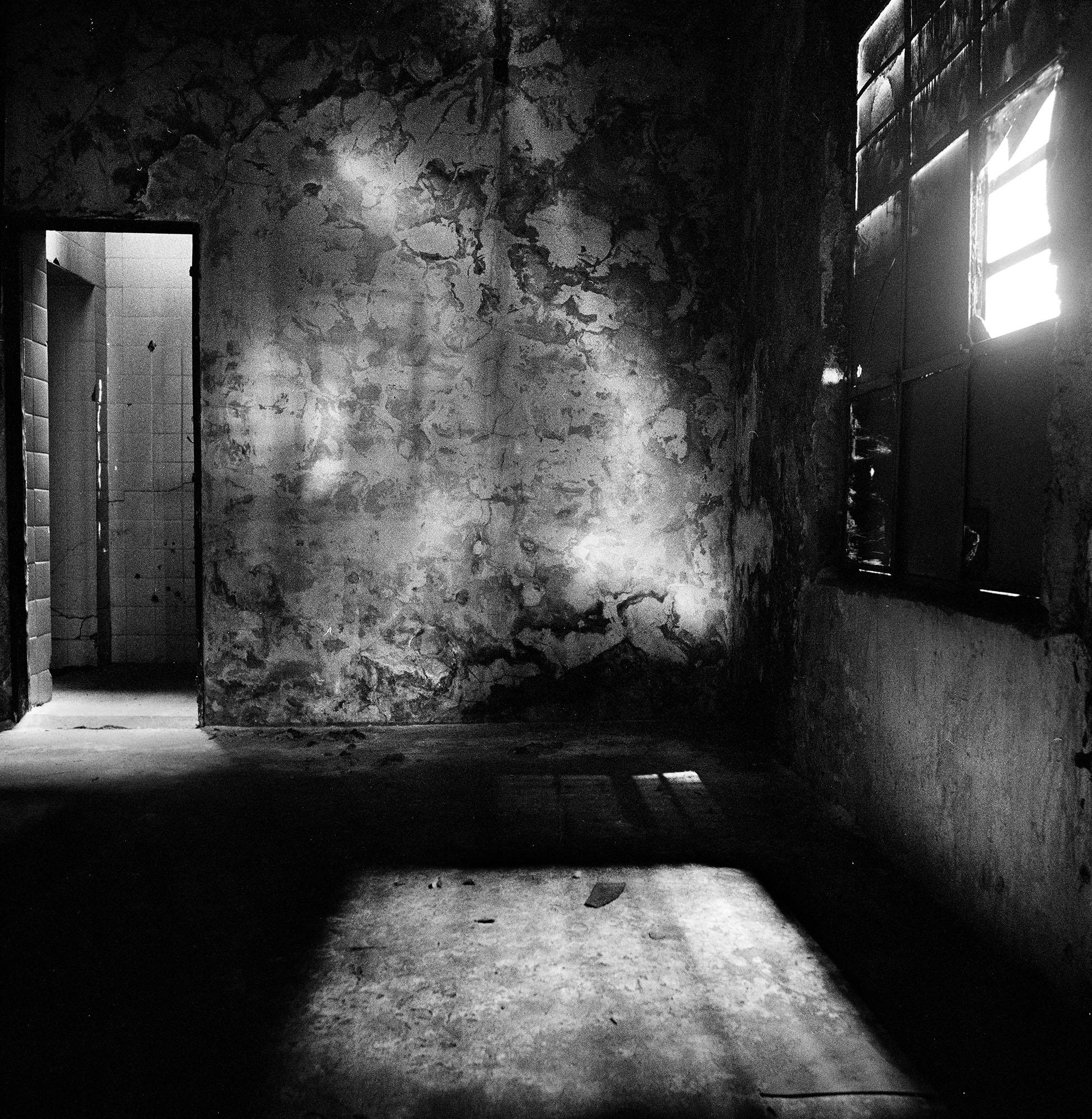 """Sala de torturas de """"El Olimpo"""", Centro Clandestino de Detención y Tortura utilizado por la Policía Federal y por los militares para interrogar y asesinar militantes durante la dictadura cívico-militar argentina, 1976-1983.  Fotografía tomada en Buenos Aires en noviembre de 2007."""