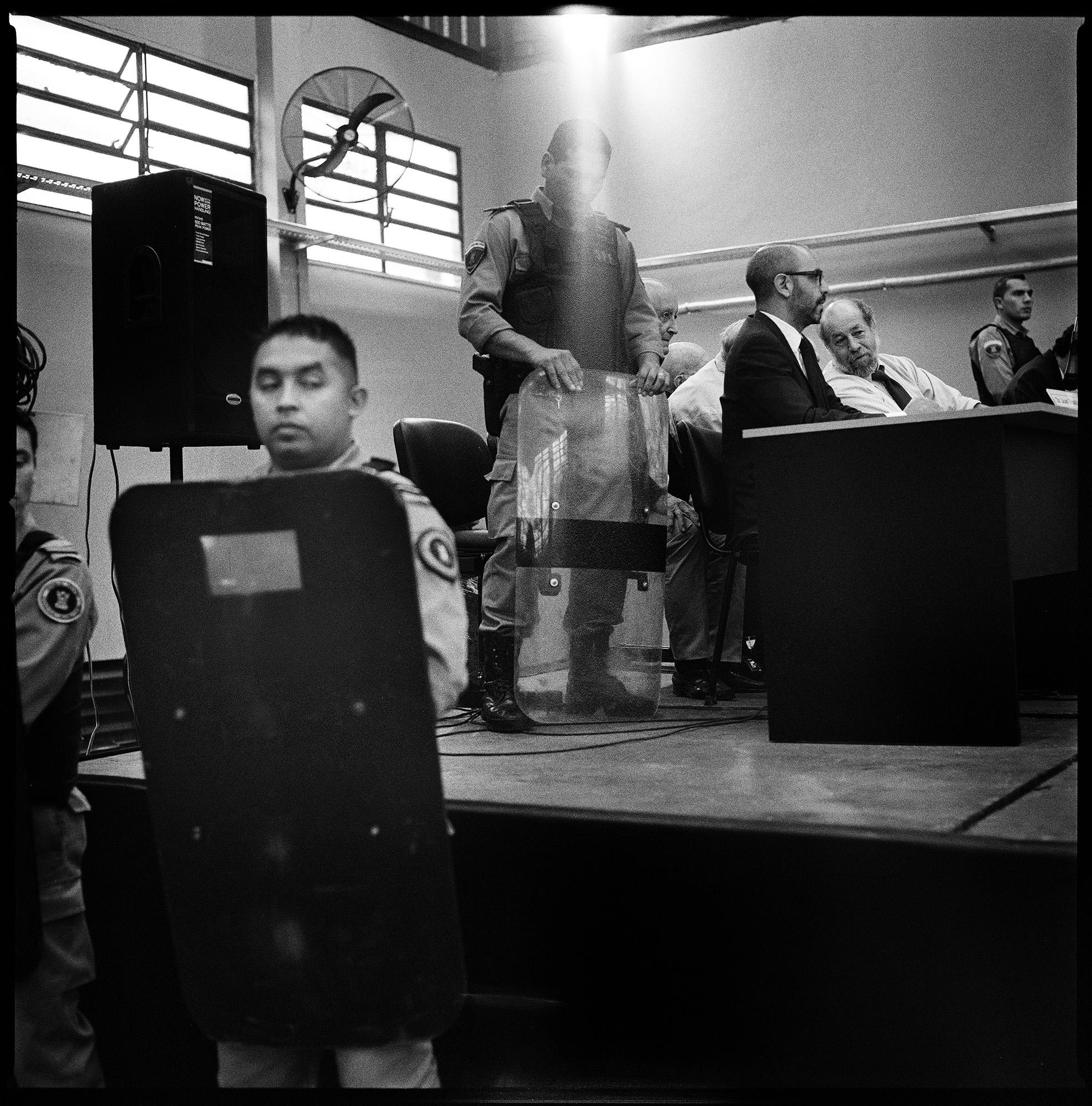 Fuertes medidas de seguridad tomadas durante el juicio en el que el ex presidente de facto Reynaldo Bignone fue sentenciado junto con otros miembros de las Fuerzas Armadas a 25 años de prisión por crímenes de lesa humanidad.  Fotografía tomada en abril de 2010.