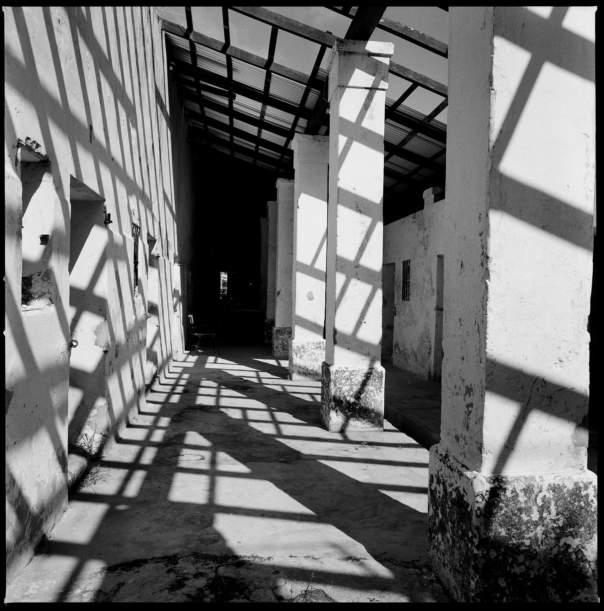 """Vista de lo que fueron las celdas de la """"Emboscada"""", un campo de concentración en Paraguay. Este campo fue construido para la detención de prisionerxs políticxs durante la dictadura militar de Alfredo Stroessner. Actualmente funciona como una prisión de alta seguridad y las ex celdas son utilizadas como talleres.  Fotografía tomada en noviembre de 2012."""